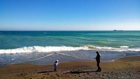 Vista panoramica della linea costiera con la gente che passeggia nella priorità alta Immagini Stock