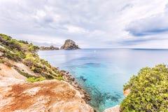 Vista panoramica della linea costiera dell'isola di Ibiza e dell'es sceniche Vedra immagine stock