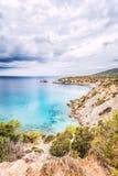 Vista panoramica della linea costiera scenica dell'isola di Ibiza immagini stock libere da diritti
