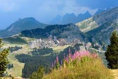 Vista panoramica della località di soggiorno di montagna Fotografie Stock Libere da Diritti