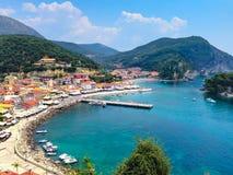 Vista panoramica della località di soggiorno greca del mare di Parga al mare ionico, Grecia fotografie stock libere da diritti