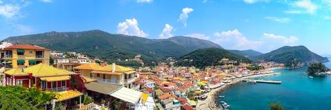 Vista panoramica della località di soggiorno greca del mare di Parga al mare ionico, Grecia immagini stock libere da diritti