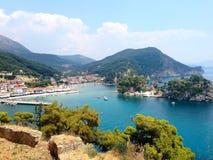 Vista panoramica della località di soggiorno greca del mare di Parga al mare ionico, Grecia fotografia stock libera da diritti