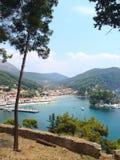 Vista panoramica della località di soggiorno greca del mare di Parga al mare ionico, Grecia fotografia stock
