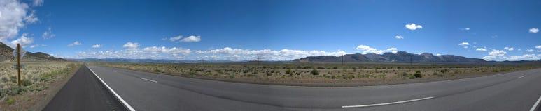 Vista panoramica della lunga strada nel paesaggio della prateria di California Fotografia Stock