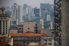 Vista panoramica della metropoli con le scale di sicurezza su una costruzione di affari Fotografie Stock