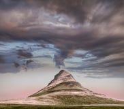 Vista panoramica della montagna di Kirkjufell sotto le nuvole pesanti fotografia stock libera da diritti