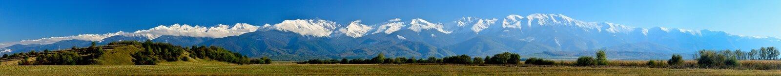 Vista panoramica della neve delle montagne di Fagarasi ricoperta Immagini Stock
