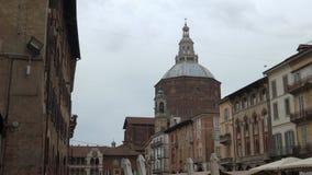 Vista panoramica della piazza Vittoria e della cattedrale, Pavia, PV, Italia stock footage
