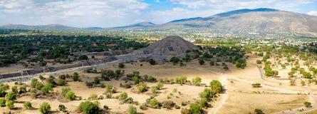 Vista panoramica della piramide della luna e del viale dei morti a Teotihuacan nel Messico Immagine Stock Libera da Diritti