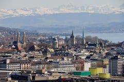 Vista panoramica della ricco-città del ¼ di ZÃ, del lago e delle alpi dello svizzero Immagine Stock Libera da Diritti