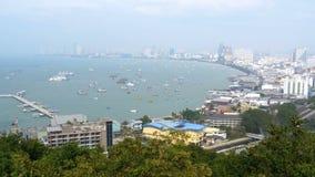 Vista panoramica della spiaggia della città di Pattaya al punto di vista di Pratumnak La Tailandia, Pattaya, Asia archivi video