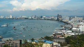 Vista panoramica della spiaggia della città di Pattaya al punto di vista di Pratumnak thailand video d archivio