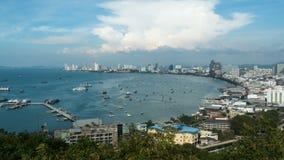 Vista panoramica della spiaggia della città di Pattaya al punto di vista di Pratumnak Timelapse La Tailandia, Pattaya, Asia video d archivio