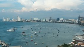 Vista panoramica della spiaggia della città di Pattaya al punto di vista di Pratumnak Timelapse La Tailandia, Pattaya, Asia stock footage