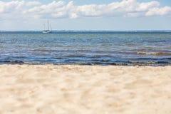 vista panoramica della spiaggia del Mar Baltico con una nave di navigazione sull'orizzonte fotografia stock libera da diritti