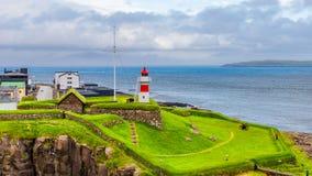 Vista panoramica della spiaggia e del faro di isole faroe fotografia stock libera da diritti