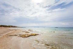 Vista panoramica della spiaggia vicino a Pacha, isola di Ibiza di Ibiza immagine stock