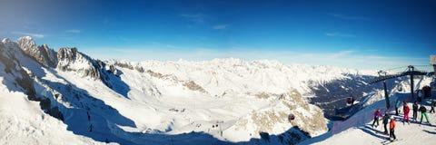 Vista panoramica della stazione sciistica di Passo del Tonale nelle alpi dell'Italia Immagini Stock