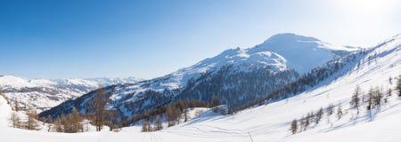 Vista panoramica della stazione sciistica di Sestriere da sopra, destinatio famoso nelle alpi, Piemonte, Italia di viaggio fotografie stock libere da diritti