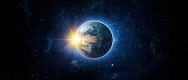 Vista panoramica della terra, del sole, della stella e della galassia fotografie stock