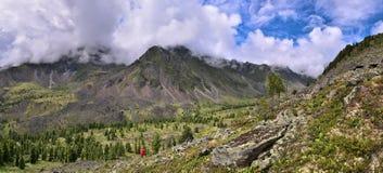 Vista panoramica della valle della montagna dal pendio Immagine Stock Libera da Diritti