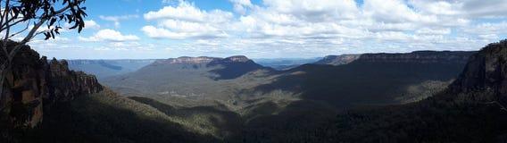 Vista panoramica della valle e delle montagne con gli alberi di eucalyptus un chiaro giorno del cielo blu in Jamison Valley NSW A Immagine Stock Libera da Diritti
