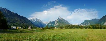 Vista panoramica della valle idilliaca della montagna, Bovec, alpi slovene Immagini Stock Libere da Diritti