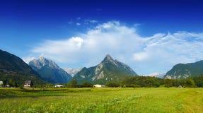 Vista panoramica della valle idilliaca della montagna, Bovec, alpi slovene Immagini Stock