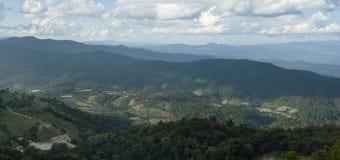 Vista panoramica della vista dell'albero, della montagna e del cielo nuvoloso di Chiangma Immagini Stock Libere da Diritti