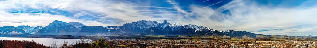 Vista panoramica delle alpi e del lago svizzeri Thun Immagine Stock Libera da Diritti
