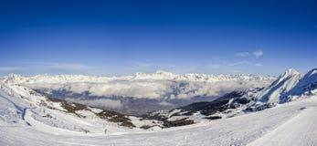 Vista panoramica delle alpi europee durante l'inverno, catturata a Aosta in Italia che affronta Nord verso la Svizzera ed ovest v Immagini Stock