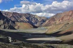 Vista panoramica delle alte montagne della valle: catene montuose enormi, nella priorità alta un'ombra dalle montagne, la strada Fotografia Stock Libera da Diritti