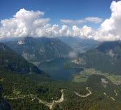 vista panoramica delle alte montagne e di un lago Fotografia Stock Libera da Diritti