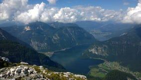 vista panoramica delle alte montagne e di un lago Immagini Stock