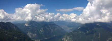 vista panoramica delle alte montagne e di un lago Fotografie Stock