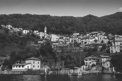 Vista panoramica delle case tradizionali singolari di lungomare sul lago maestoso Como, Lombardia, Italia immagine stock libera da diritti
