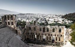 Vista panoramica delle costruzioni bianche e il Odeon del teatro di pietra di attico di Herodes sotto l'acropoli a Atene, Grecia immagine stock