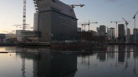 Vista panoramica delle costruzioni moderne conosciute come il progetto del codice a barre in costruzione archivi video
