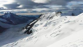 Vista panoramica delle creste taglienti e dei picchi meravigliosi mentre scalando la montagna di Jungfrau nel Bernese per terra,  Immagini Stock Libere da Diritti