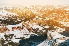 Vista panoramica delle montagne delle alpi Immagine Stock