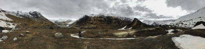 Vista panoramica delle montagne della gamma di Annapurna in un giorno di molla nuvoloso immagini stock