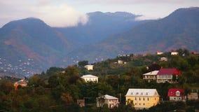 Vista panoramica delle montagne di Caucaso coperte dalle nuvole e dalla città di Batumi sulla collina stock footage