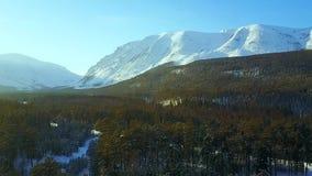Vista panoramica delle montagne di inverno stock footage