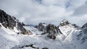 Vista panoramica delle montagne di inverno kyrgyzstan Ala-Archa stock footage