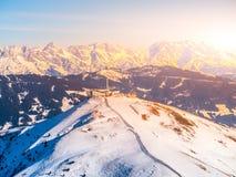 Vista panoramica delle montagne di inverno Picchi alpini coperti da neve Immagini Stock