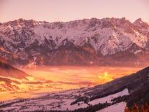 Vista panoramica delle montagne di inverno Picchi e valle alpini in nebbia di mattina Fotografie Stock Libere da Diritti