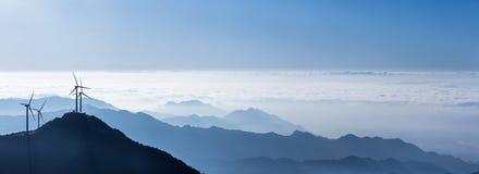 Vista panoramica delle montagne e dei generatori eolici di cresta blu Fotografia Stock