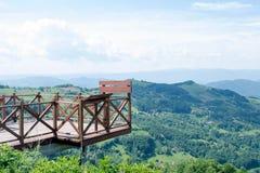 Vista panoramica delle montagne e dei prati supporto di legno per fare un giro turistico panoramico Immagini Stock