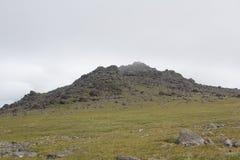 Vista panoramica delle montagne e delle scogliere, Ural del sud Estate nelle montagne Corsa Immagini Stock Libere da Diritti